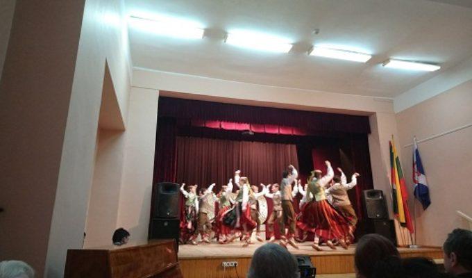 Ežerėlio mokiniai - dainų ir šokių pynės dalyviai