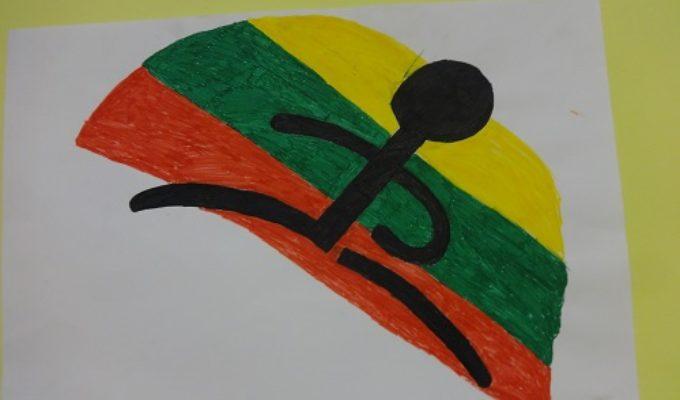 Tautiškomis piktogramomis sporto salės prieigas papuošė 7 ir 10 klasės mokinių piešiniai.